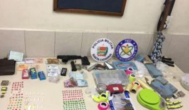 PM apreende armas, munições, drogas e dinheiro de traficante