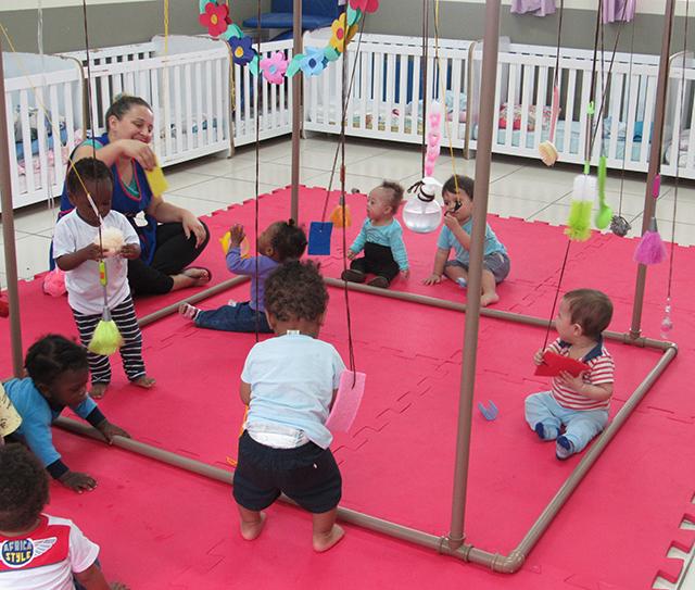 Bebês do CEI Afasc Carlos Piazza são estimulados por meio de Cubo Sensorial