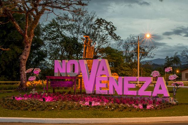 Prefeitura e praça coloridas e enfeitas em alusão ao Outubro Rosa e Primavera em Nova Veneza