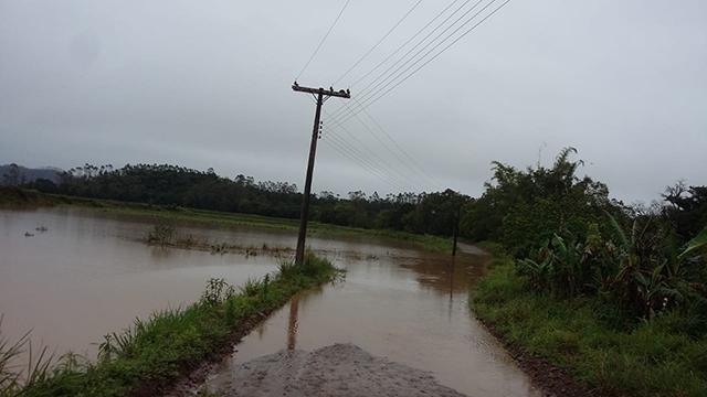 Chuvas intensas bloqueiam estradas e danificam pontes no interior de Jacinto Machado