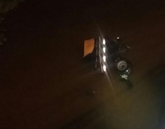 Motorista perde controle de caminhão e sai da pista na BR-101