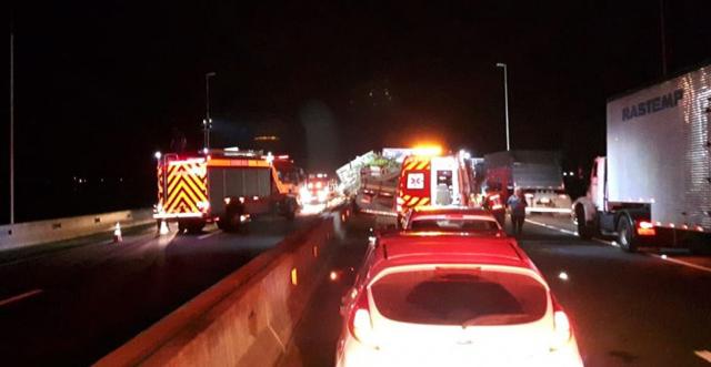 Acidente envolve caminhões, carretas e carros na BR-101