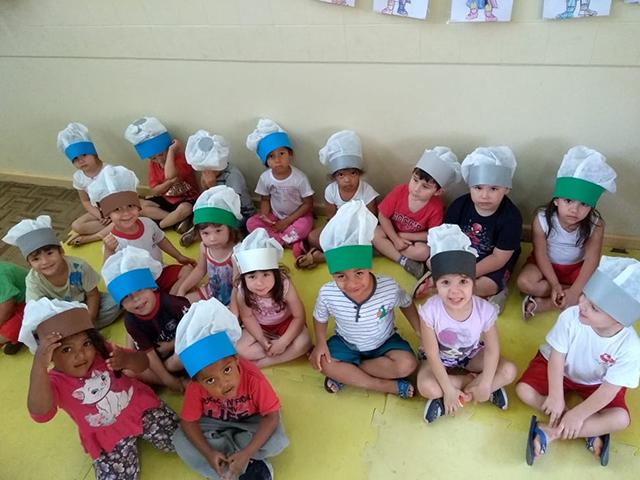 Crianças do CEI Afasc Beato Aníbal Maria di Frância estudam frutas, verduras e legumes
