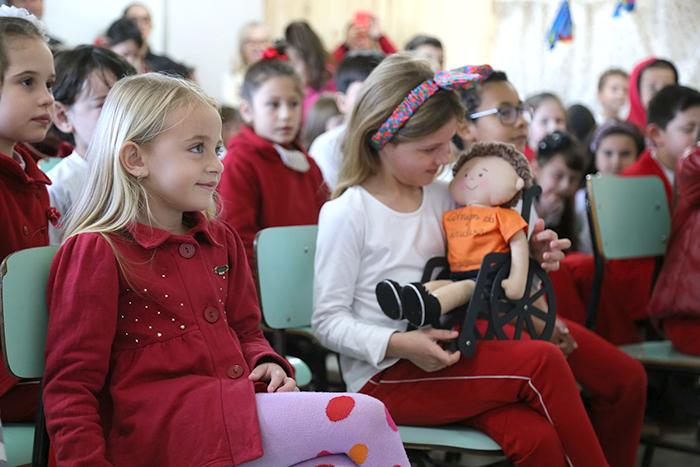 Alunos aprendem sobre inclusão por meio de bonecos com deficiência