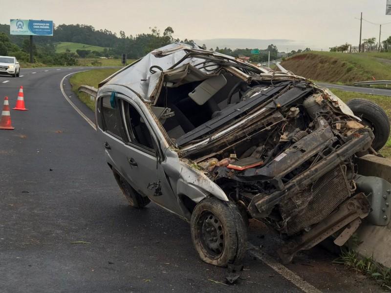 Motorista é arremessada para fora do carro e morre na Via Rápida