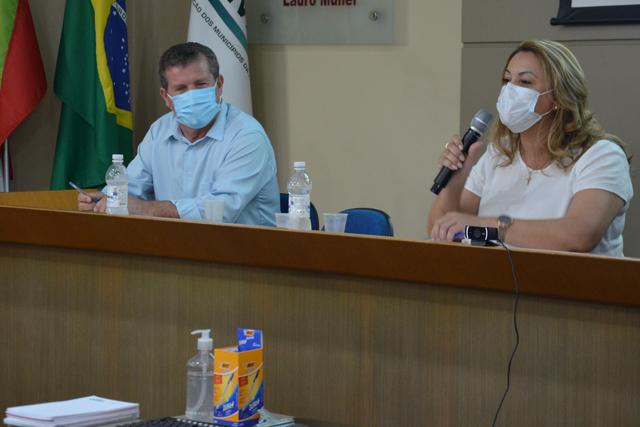 Dalvania Cardoso é a primeira mulher a presidir uma reunião de prefeitos da AMREC