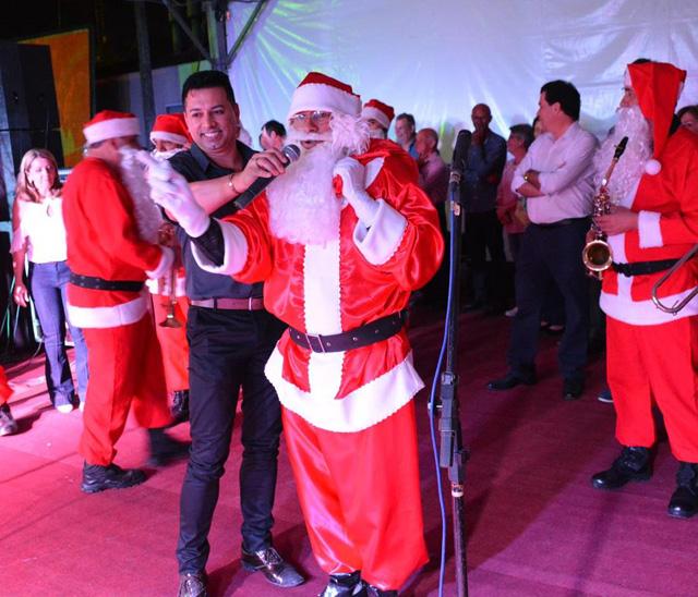 Vila Natalina é aberta pelo Papai Noel em Morro da Fumaça
