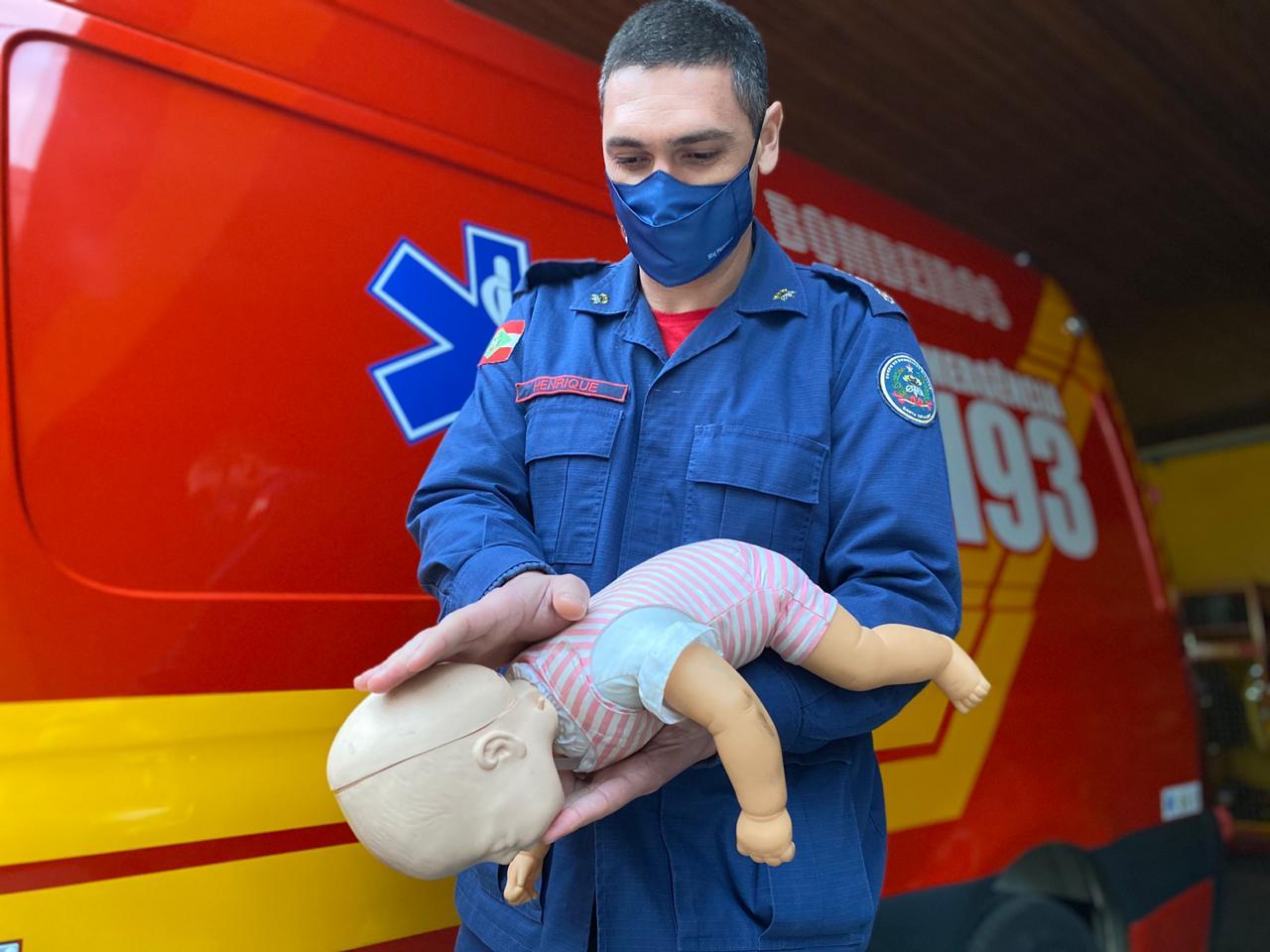 Hospitais devem oferecer treinamentos de primeiros socorros aos pais de recém-nascidos