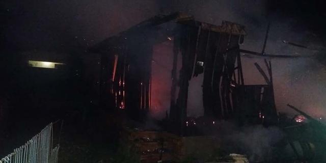 Residência é destruída por incêndio no Bairro Barreira em Içara