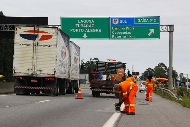 BR-101 tem trabalhos para sinalização de Paulo Lopes a Araranguá