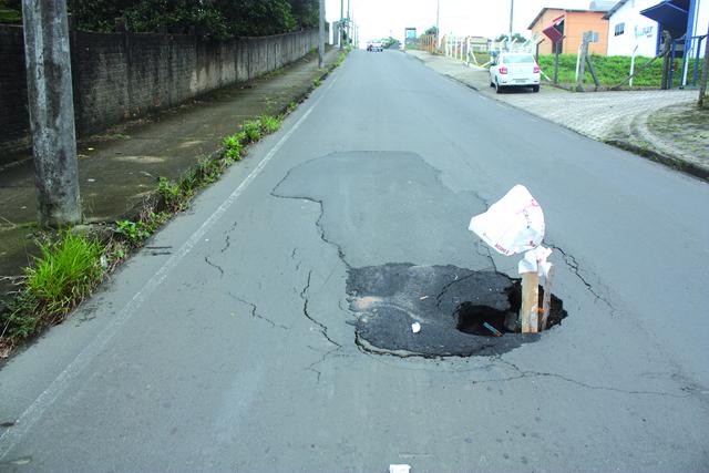 Chuva provoca erosão na Rua Dimer Pizzetti em Içara