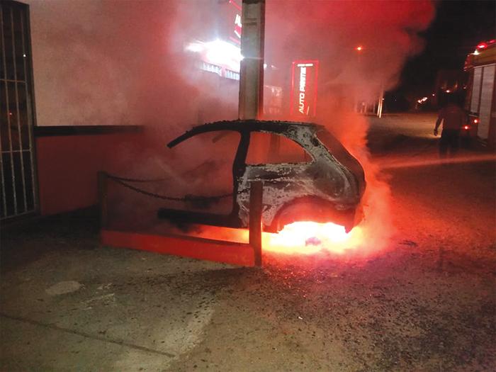 Carcaça de veículo é consumida pelo fogo