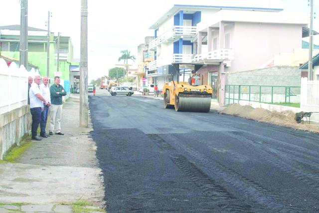 Parte da Rua Laguna  é asfaltada em Balneário Rincão