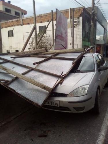 Vento derruba outdoor sobre veículo no Centro de Içara