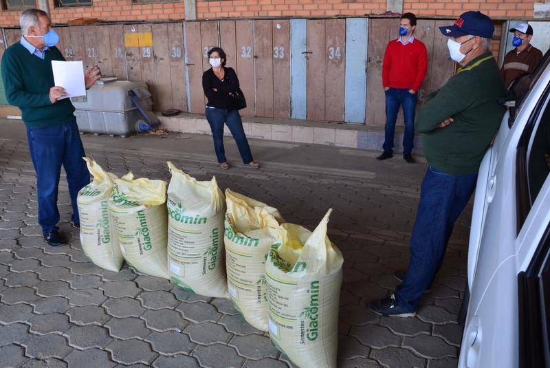 Equipe do Programa de pastagem de inverno distribui sementes em Cocal do Sul