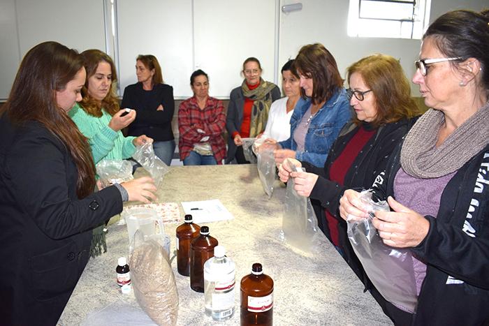 Grupo de mulheres do Tenente aprende a confeccionar sabonetes artesanalmente