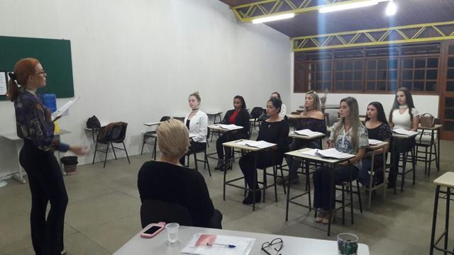 Candidatas a rainha da Festa do Vinho participam de curso de etiqueta