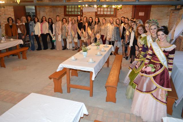 Encontro reúne rainhas e princesas de edições da Festa do Vinho