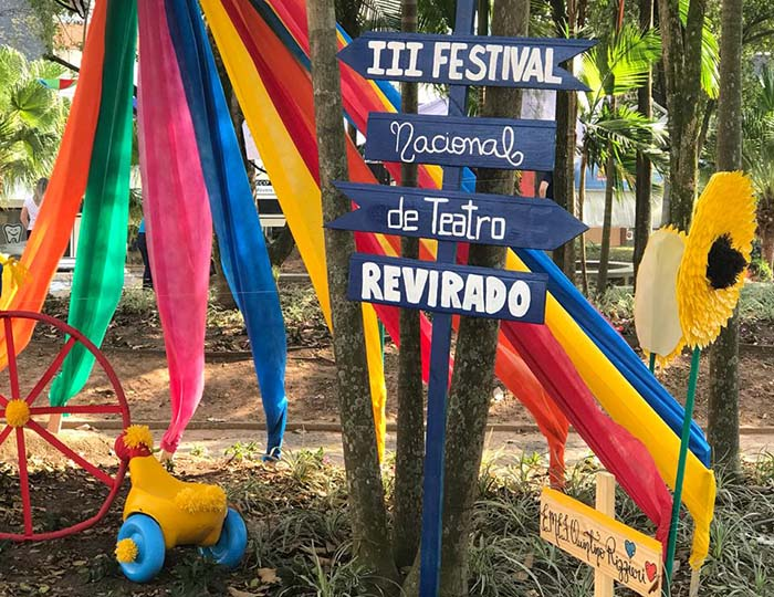 Em clima de teatro, escolas municipais decoram Praça da Matriz