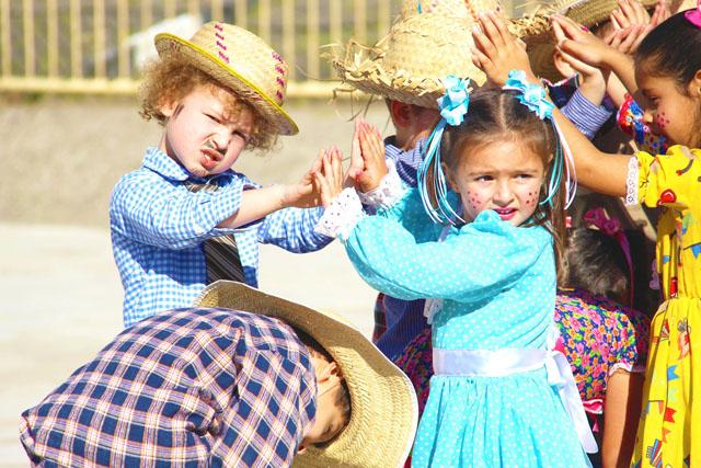 Festas julinas divertem alunos, pais e professores de CEIs