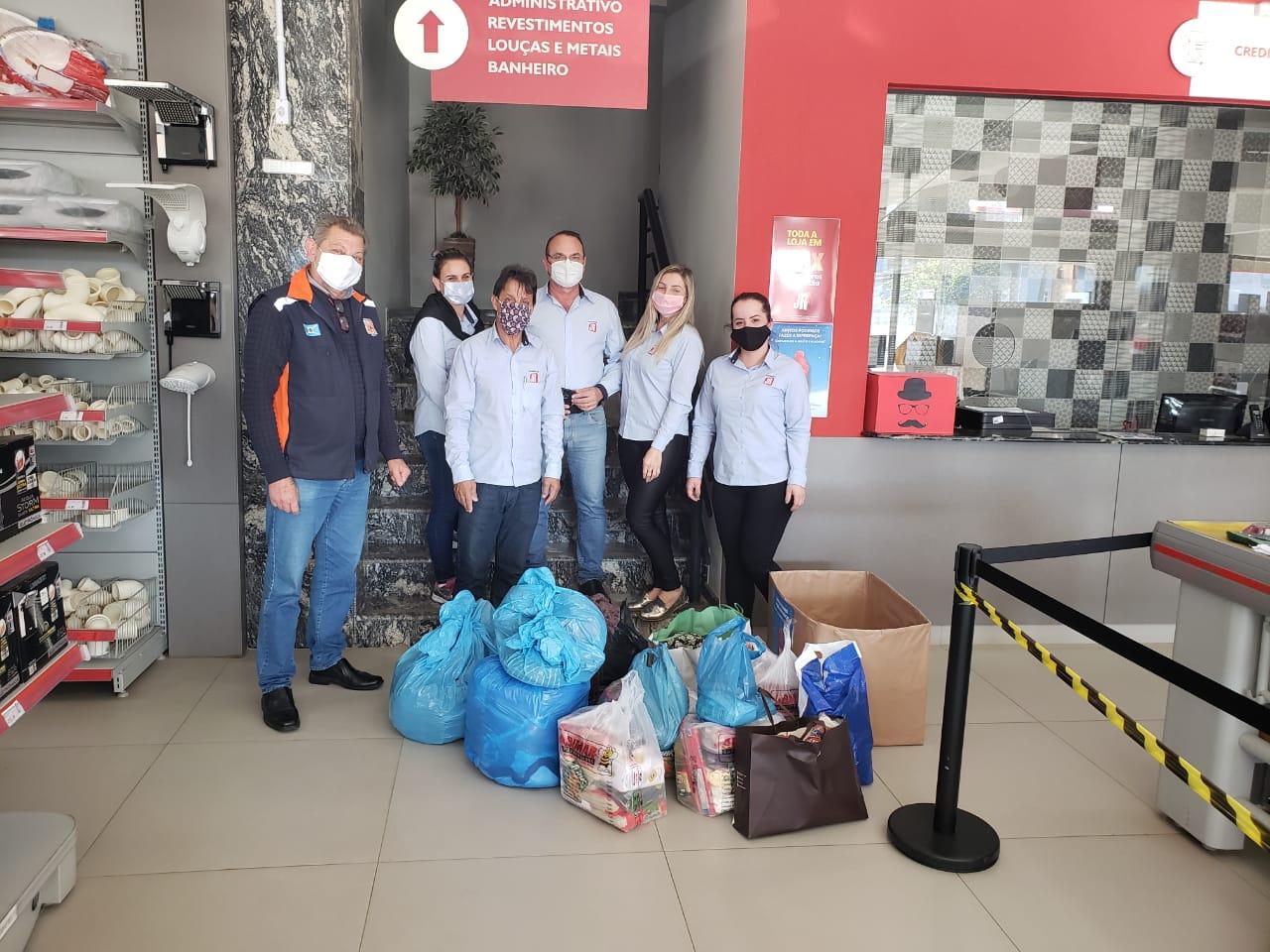 CRAS de Esplanada recebe doações de roupas e alimentos de funcionários da JR