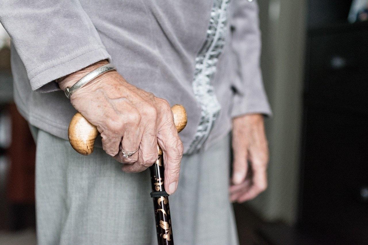 Aumentam os riscos de acidentes domésticos com idosos durante a pandemia