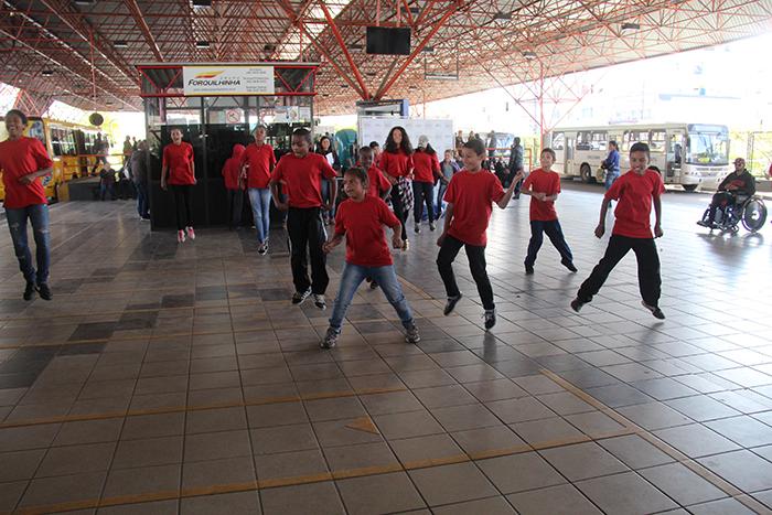 Crianças e adolescentes do SCFV Tereza Cristina se apresentam no TC
