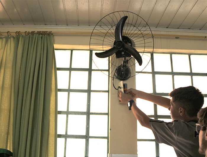 Estudantes da Satc realizam instalação elétrica em escola municipal