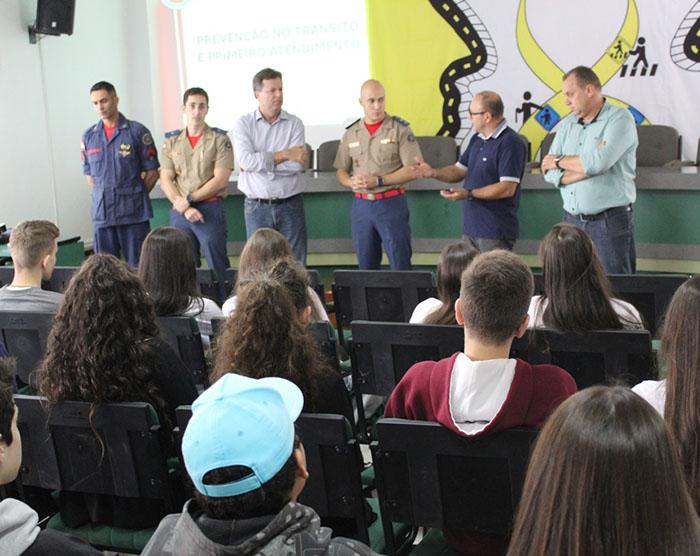 Estudantes participam de palestra sobre boas práticas no trânsito
