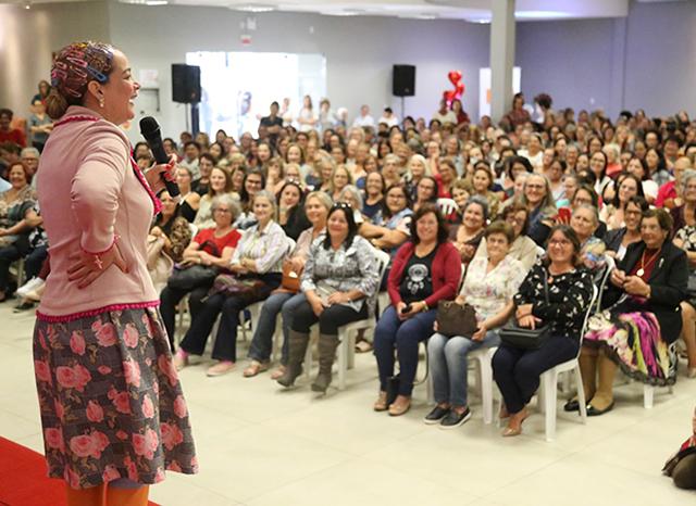 Café com Humor: Dona Maricotinha faz a alegria de quase 800 em Içara