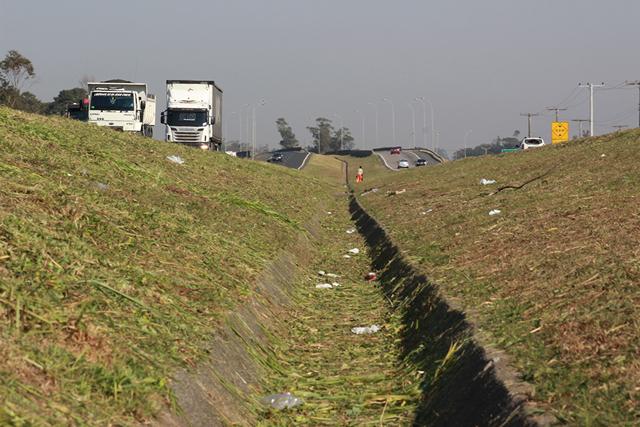 Melhorias em drenagem vão interromper faixas da BR-101 Sul nesta terça-feira