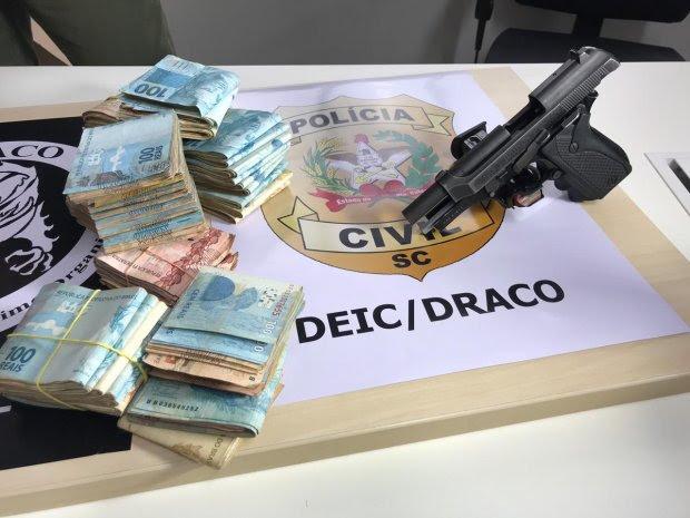 Polícia civil cumpre mais de 50 prisões e apreende drogas, dinheiro e arma