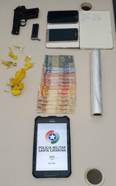 Jovem é preso por tráfico de droga e menor apreendido em Balneário Rincão