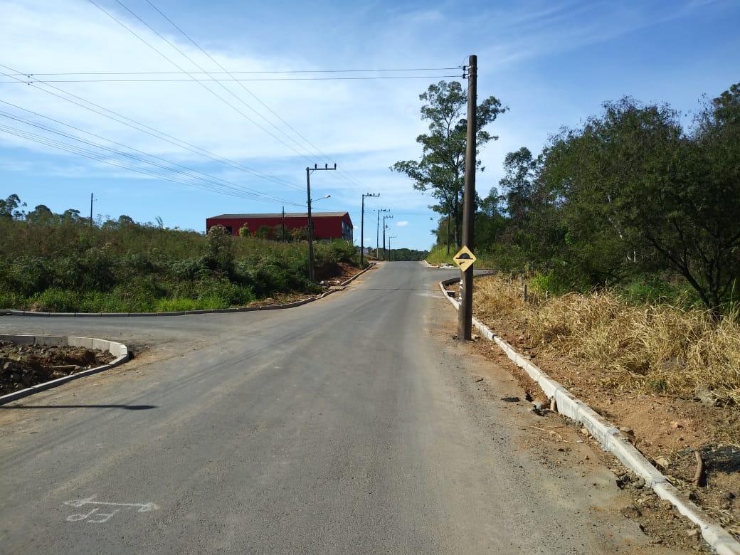 Poste continua no meio da Rua Luiz Netto com sinalização de lombada