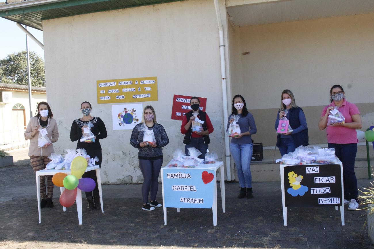 Professores distribuem lembranças para amenizar a saudade dos alunos