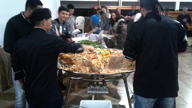 Com paella, equipes de base da FMCE arrecadam fundos para participação em competição