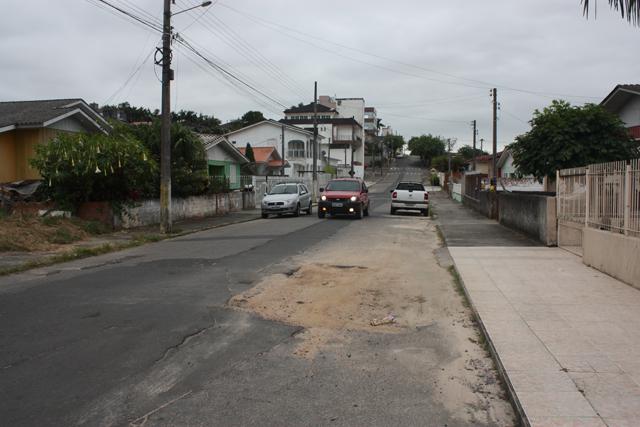 Buraco na Rua Getúlio Vargas completa mais um ano