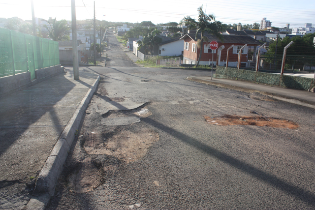 Rua José Alencar continua tomada pelos buracos