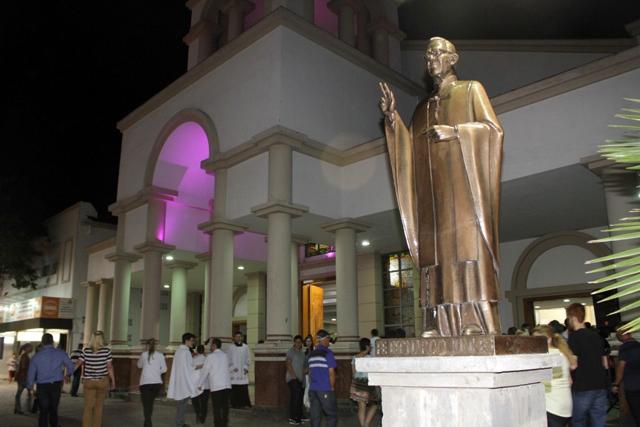 Óculos e cruz são furtados  da estátua de Padre Bernardo