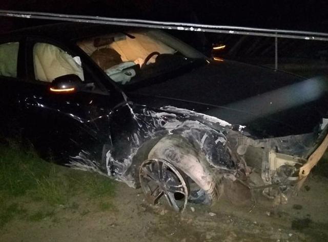 Motorista derruba poste e deixa bairros no escuro