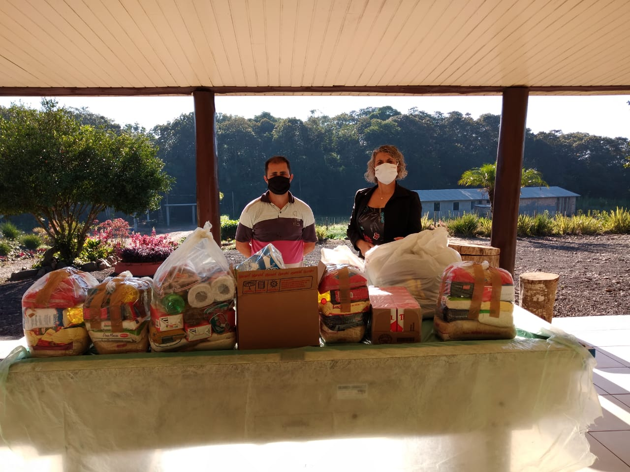 Alimentos arrecadados no arraial solidário da Satc são entregues