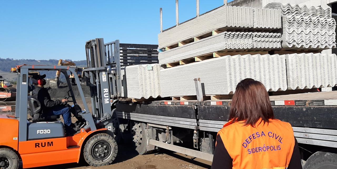 Defesa Civil de Siderópolis recebe novo lote de telhas para doar a atingidos por ciclone