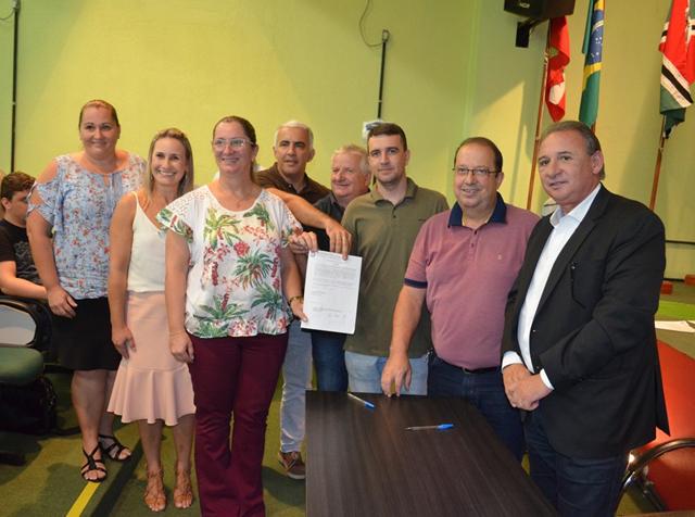 ADR Criciúma entrega ordem de serviço para reformas em 16 escolas