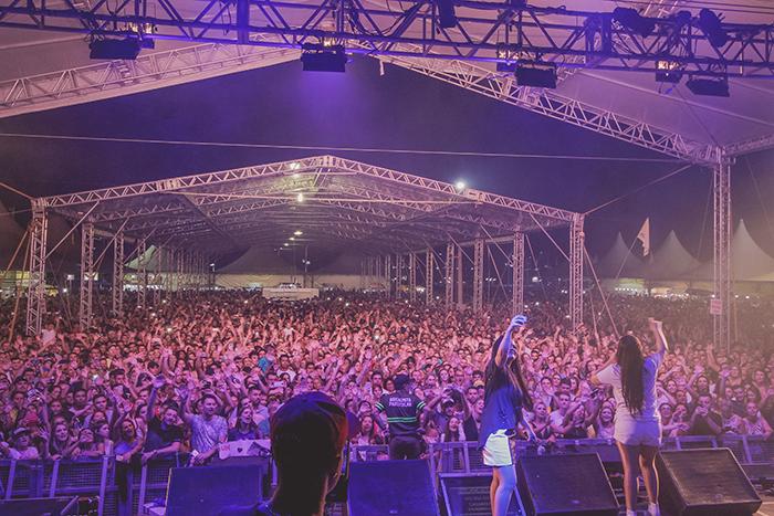 Maiara e Maraisa atraem 25 mil pessoas para o Balneário Rincão