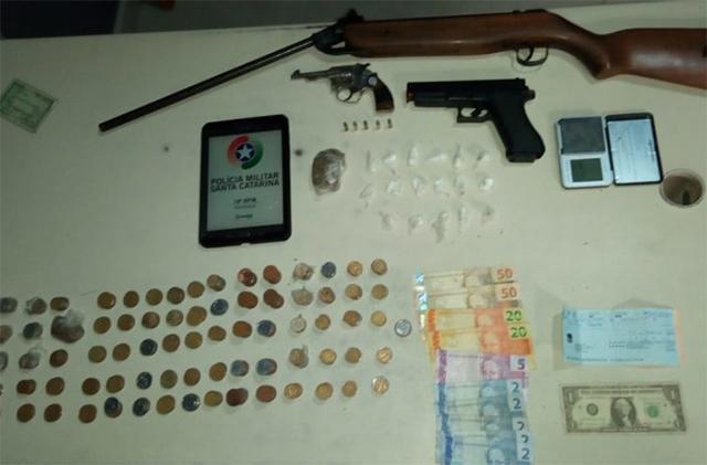 Polícia Militar de Araranguá apreende arma de fogo, drogas e dinheiro