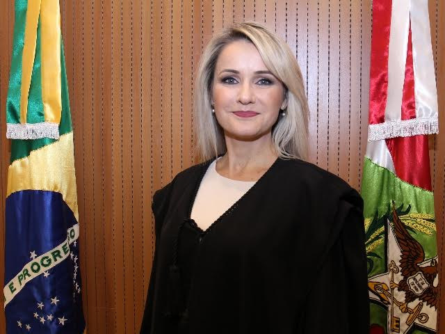 Vânia Petermann toma posse como juíza substituta no TRE-SC