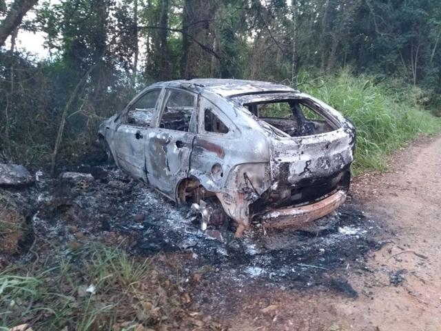 Corpo é encontrado dentro de carro incendiado em Criciúma