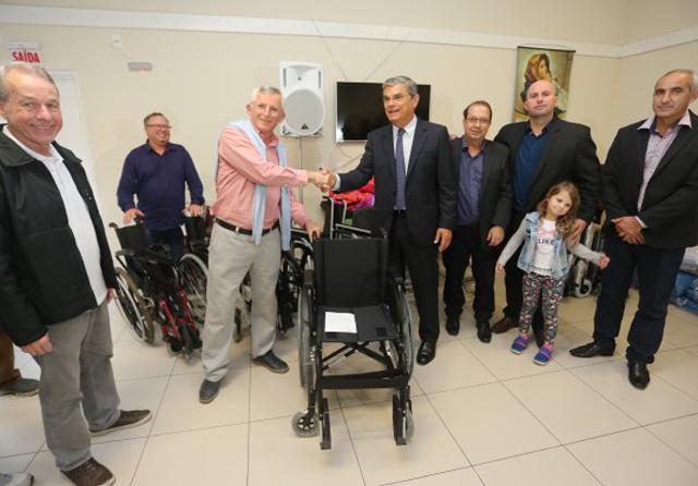 Eduardo Moreira entrega cadeiras de rodas para asilo de Criciúma