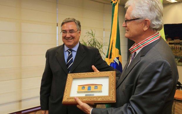 Colombo entrega Medalha Anita Garibaldi para o CIEE
