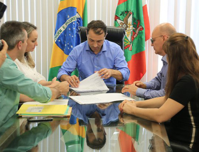 Moisés assina nomeação de 911 professores efetivos para a rede estadual